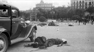 ICULT  BARCELONA  LA METROPOLI EN L ERA DE LA FOTOGRAFIA 1860-2004  7  7  Agusti Centelles - Morts a la Placa Catalunya  19 de juliol de 1936   MECD  Archivo Fotografico Agusti Centelles